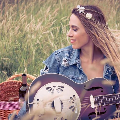 Sara Paco - 'Play Alone' music video