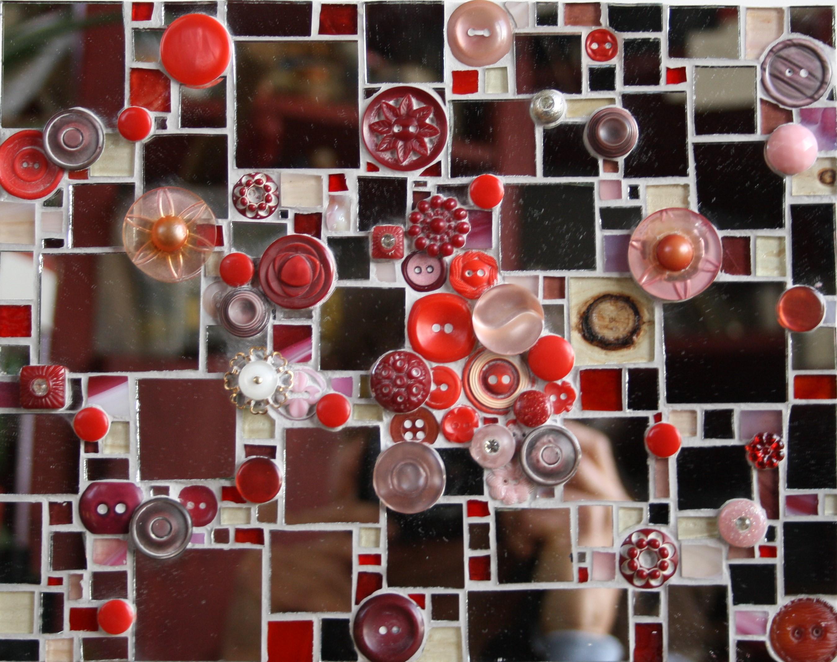 Miroir et boutons rouges