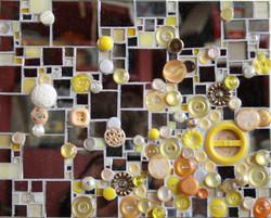Miroir et boutons jaunes