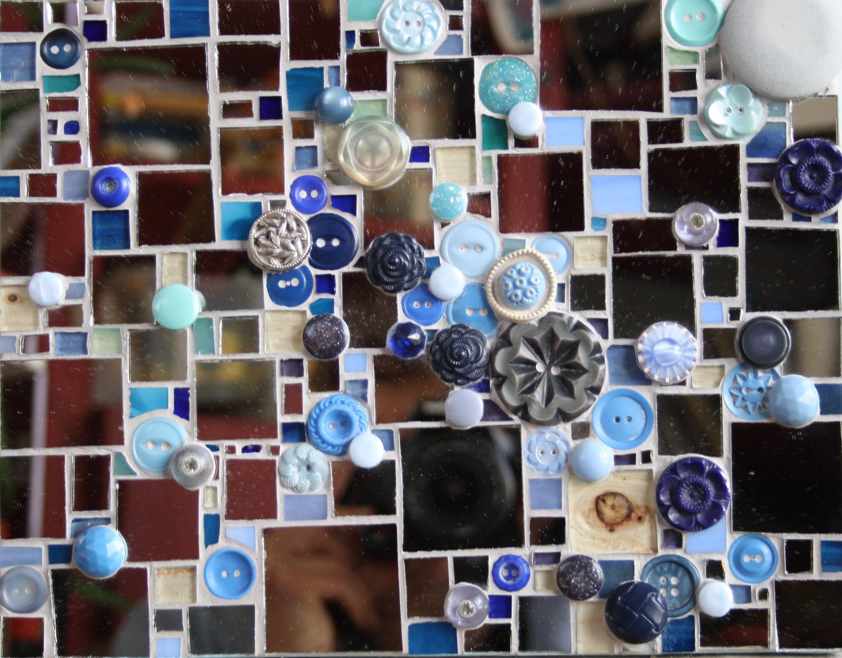Miroir et boutons bleus