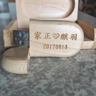 婚禮紀錄刻上婚禮日期和新人名字的隨身碟