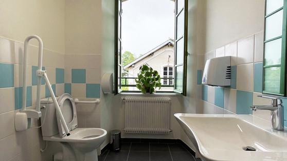 Toilettes rez-de-jardin du gîte pont canal de Briare pour les personnes à mobilité réduire