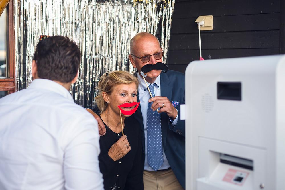 Personer tar bild med fotoautomat