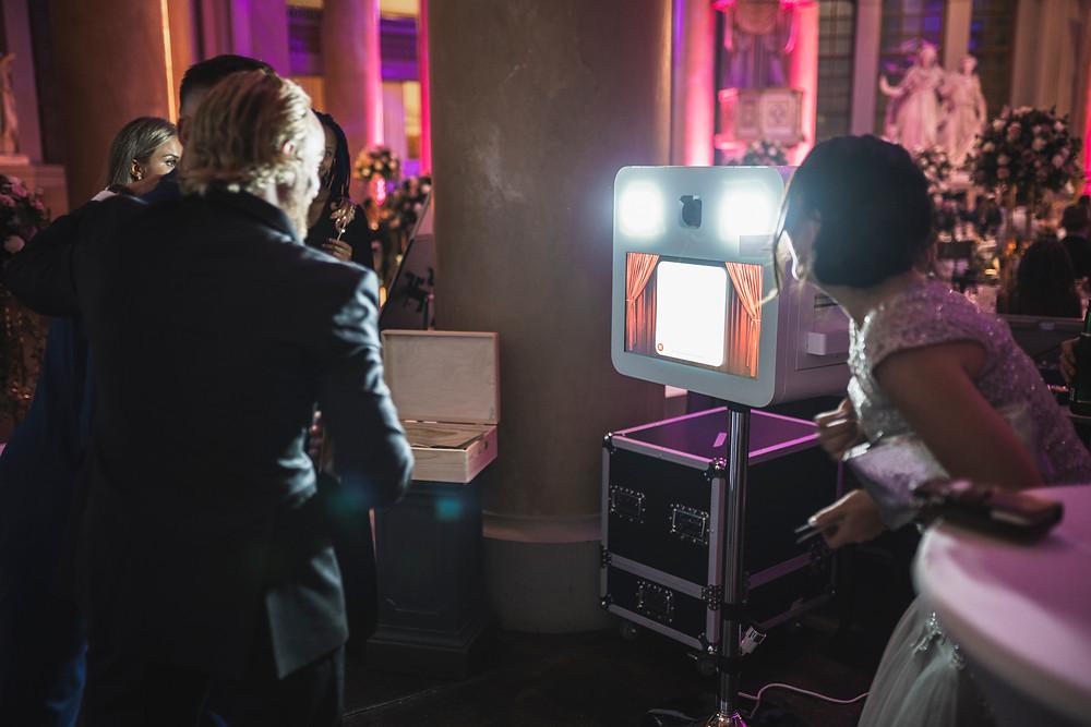 personer tar bild med photobooth på ett bröllop.