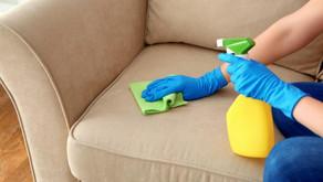 O que fazer e quais produtos usar para tirar a sujeira do seu sofá