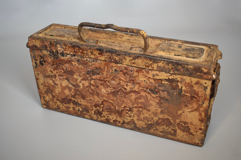 Tan/red camouflage MG34/42 ammo box 'ets'