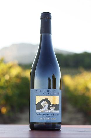 Bouteille de vin 1803 sur fond de vigne