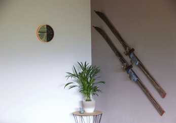 Decorative old skis in the Bergner Alm apartment