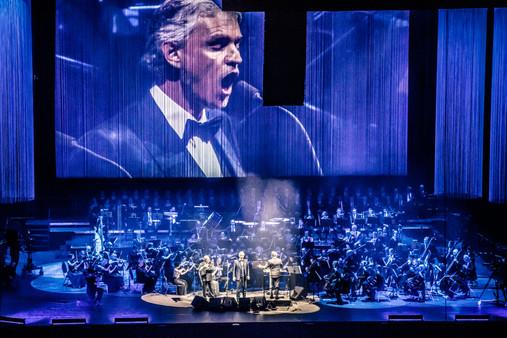 Lohjan kaupunginorkesteri säestämässä Andrea Bocellia