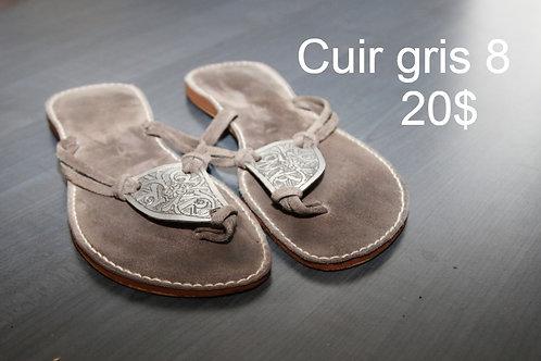 sandales plates tong en suède gris et métal 8