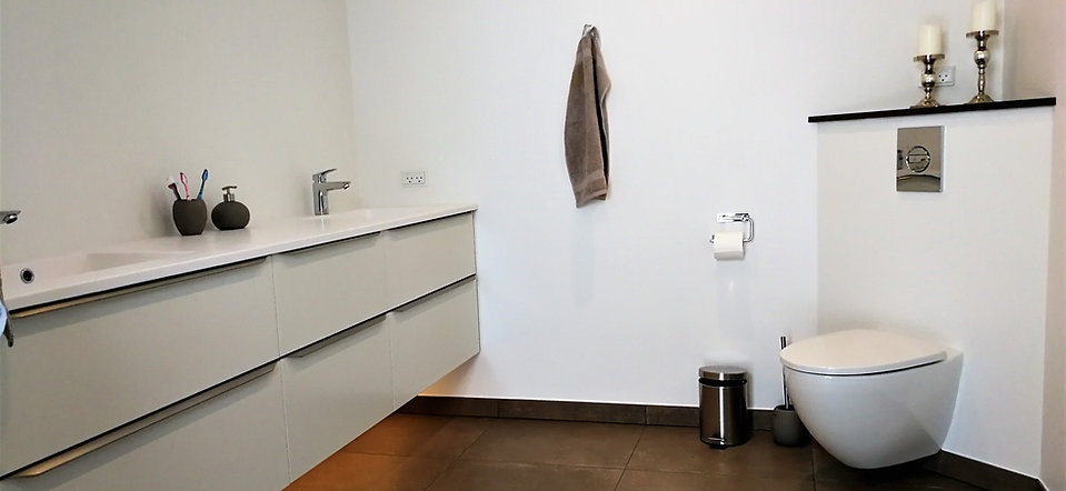 Nyt moderne badeværelse med store flise