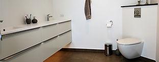 nyt moderne badeværelse med marmor vask