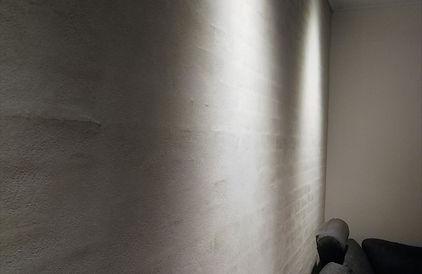 Vandskuret væg i grå fin tyndpuds