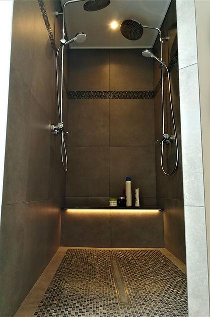 Nyt bad med moderne store fliser og mosaik bort og unidrain