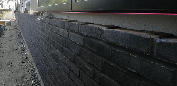 Opmuring med sorte mursten og sort mørtel