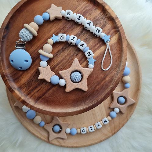 Set Babygeschenke personalisiert Nuggikette Schnullerkette Greifling Beissring Wagenkette blau weiss Holz Silikon Wunderdinge
