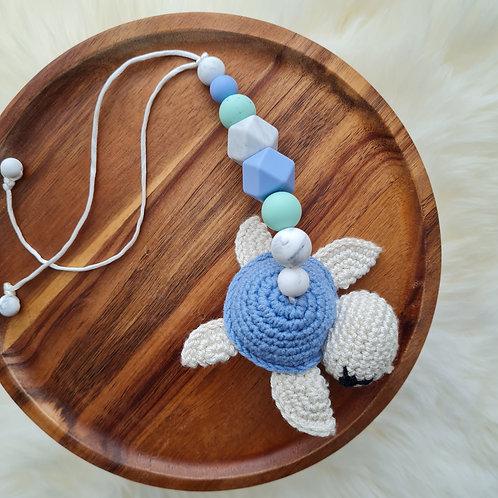 Anhänger Kinderwagen Maxicosi Meeresrauschen Schildkröte türkis blau Häkeltier Babygeschenke Wunderdinge