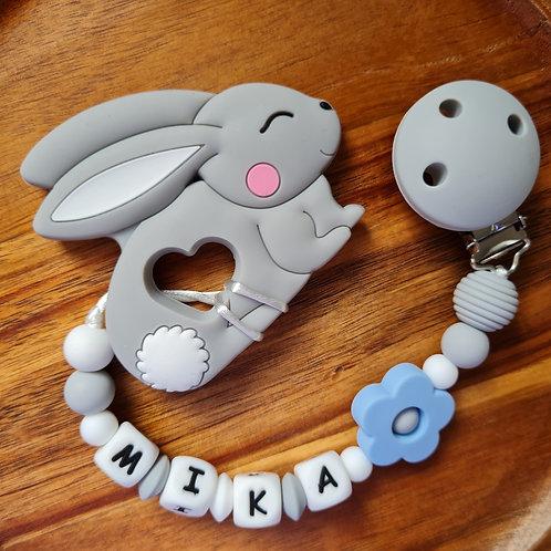 Babygeschenk Beisskette Hase Silikon hellblau grau Geschenk Taufe Geburt Wunderdinge