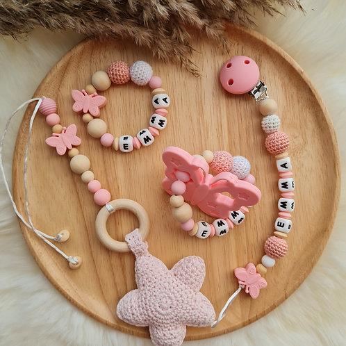 Set Babygeschenke Geschenkset personalisiert mit Namen Nuggikette Greifling Wagenanhänger rosa Schmetterling Wunderdinge
