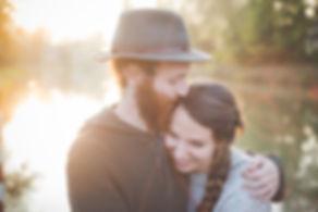 Serrant Couple dans la nature