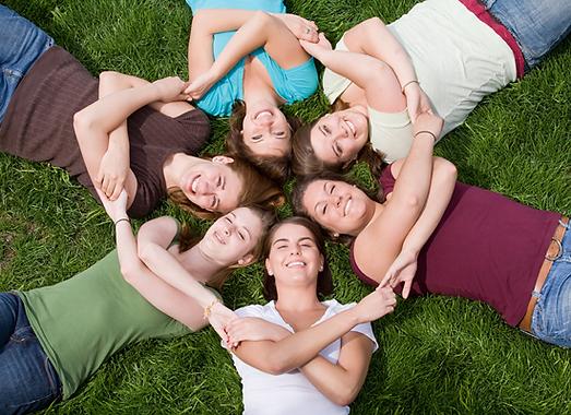 חמש תלמידות משלבות ידיים ומחייכו