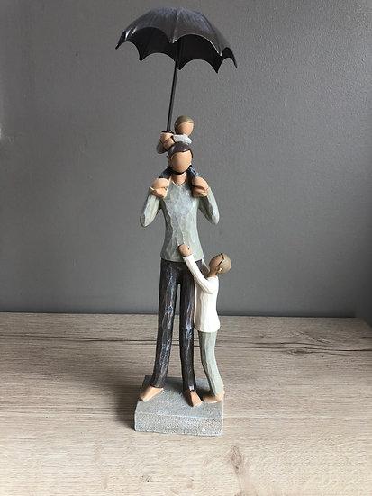 Père et enfants sous parapluie