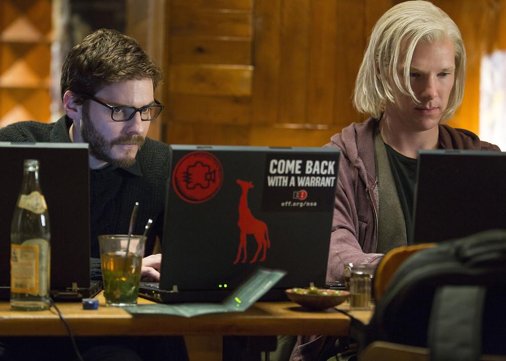 Daniel Brühl e Benedict Cumberbatch criam o Wikileaks em The Fifth Estate (O Quinto Poder)