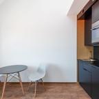 Wohnbereich Untergeschoss mit Küche und Tisch mit Stühlen