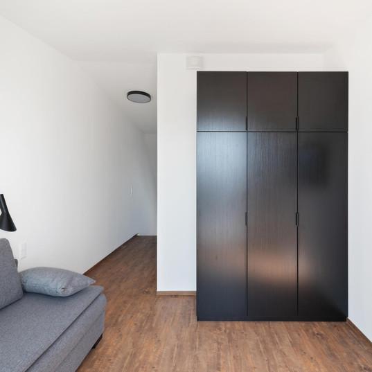 Wohnbereich Obergeschoss mit Schrank, TV und Schlafsofa
