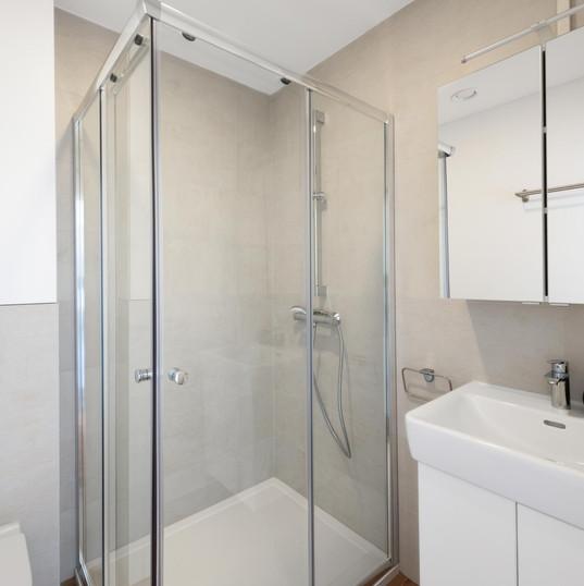 Badezimmer Obergeschoss mit Dusche, Spiegelschrank und WC