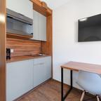 Küche mit Tisch und TV