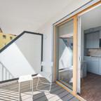 Balkon mit Tisch und Sessel