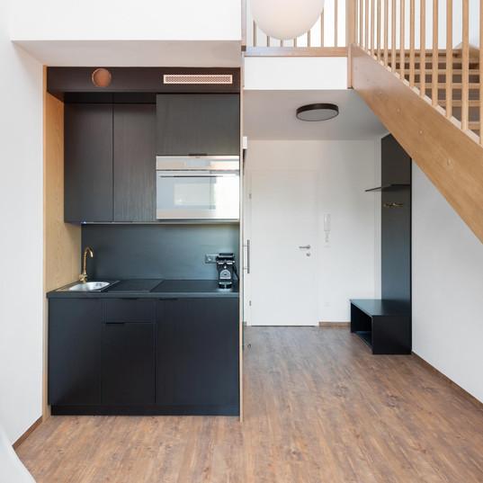 Küche im Untergeschoss mit Kaffeemaschine, Backrohr mit Mikrowellenfunktion und Ceranfeld