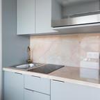 Küche mit Kaffeemaschine, Backofen mit Mikrowellenfunktion, Ceranfeld und Abwasch