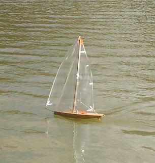 Un voilier de bassin performant sur l'eau