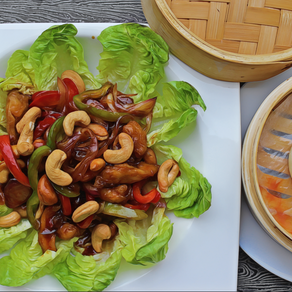 (GA XAO HAT DIEU) Chicken fried with vegetables and cashew nuts.
