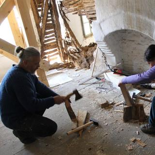 Meanwhile a veritable wood-edge manufacture is being organized nearby :)   Междувременно наблизо се вихри истинска работилница за клинове :)