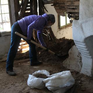 The masonry is dismantled with a quasi-archaeological attention to detail…   Зидът беше демонтиран с почти археологическо внимание…