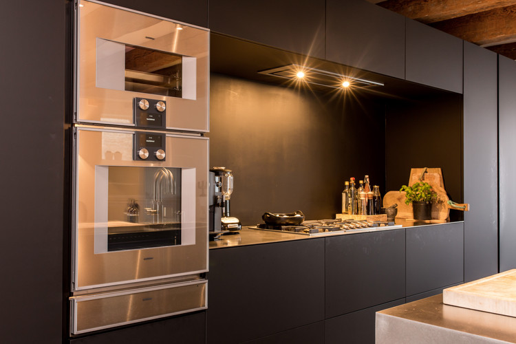 Italiaanse designkeuken in Fenix zwart.