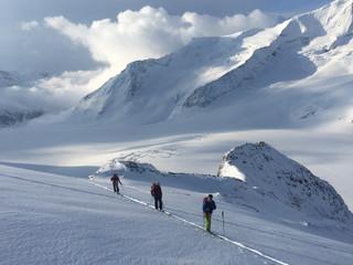Raid à skis en Oberland, Suisse.