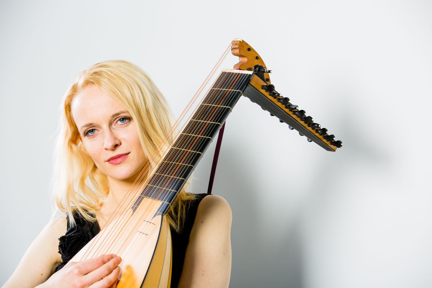 Ieva Baltmiskyte performing on lute