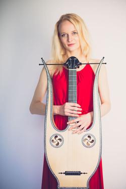 Ieva Baltmiskyte on lyre guitar