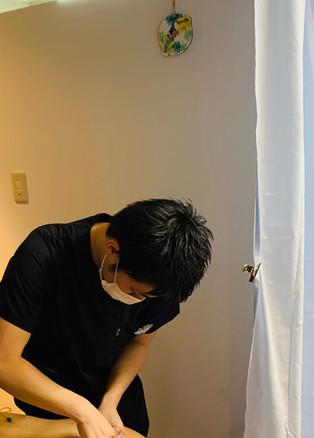 鍼の施術の様子です。全く痛くありませんので安心してお試しください