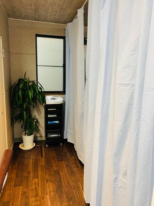 カーテンで仕切られた完全個室部屋もございます