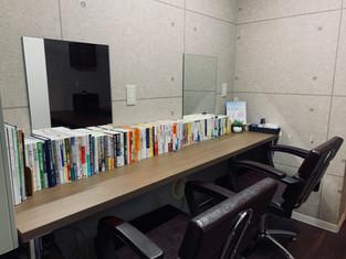 電気治療スペースには書籍を並べています
