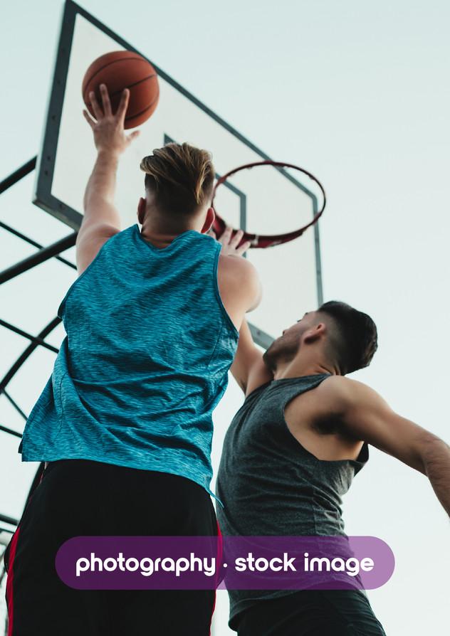 amigos jugando al basquet callejero