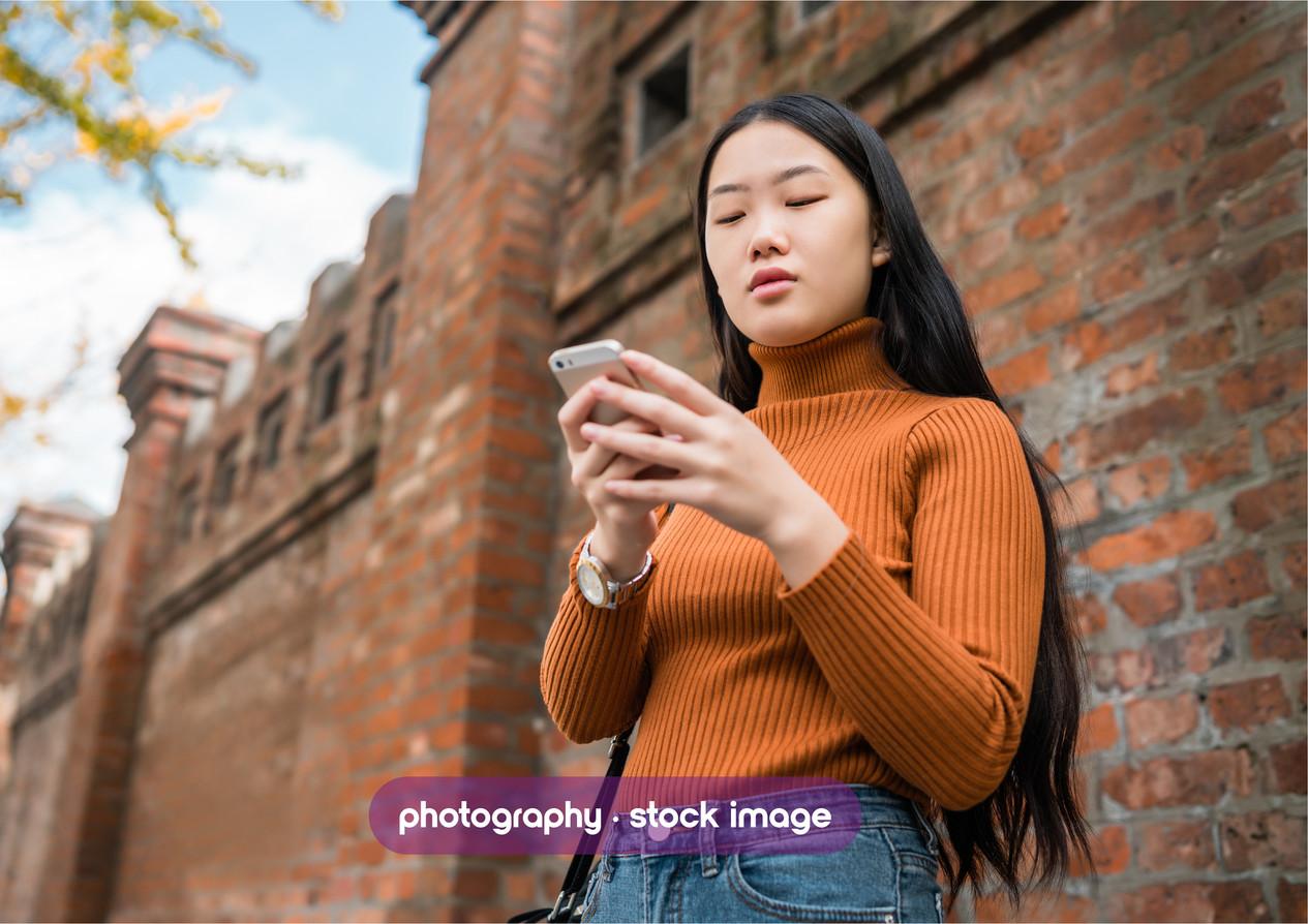 mujer asiatica con celular