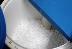 Met zoutblokken wordt een scheikundig proces in werking gezet dat de waterkwaliteit verbetert.