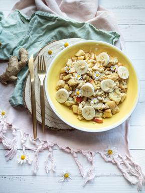Warmes Frühstück mit Ingwer und Obst