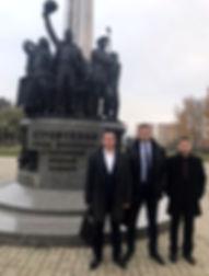 Депутаты коммунисты у памятника первостр